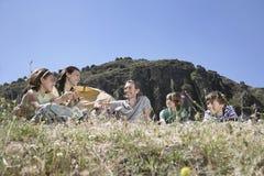 Familj som campar på bergöverkant Arkivfoton
