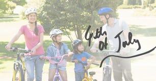 Familj som cyklar för 4th Juli Arkivfoto