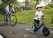 Familj som cyklar feriehelgaktivitet arkivbilder