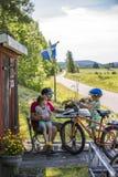 Familj som cyklar i Sverige Royaltyfri Foto
