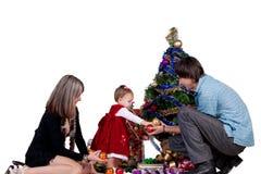 Familj som dekorerar julgranen Royaltyfria Foton
