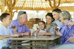 Familj som dricker te Arkivbild