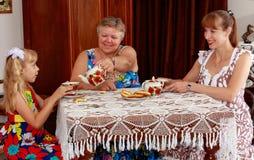 Familj som dricker te fotografering för bildbyråer