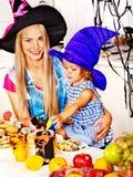 Familj som förbereder halloween mat. Royaltyfri Foto