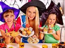 Familj som förbereder halloween mat Arkivfoto