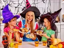 Familj som förbereder halloween mat Arkivfoton