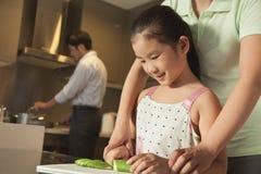 Familj som förbereder matställen Arkivfoto