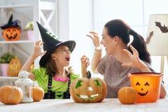 Familj som förbereder sig för Halloween royaltyfri bild