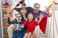 Familj som firar allhelgonaafton arkivbilder