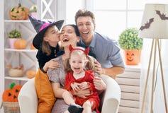 Familj som firar allhelgonaafton royaltyfri bild