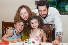 Familj som firar child& x27; s-födelsedag Royaltyfria Foton