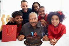 Familj som firar den 70th födelsedagen tillsammans Arkivfoto