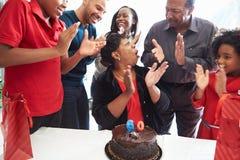 Familj som firar den 60th födelsedagen tillsammans Arkivbilder