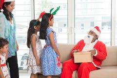 Familj som firar julferie arkivfoton