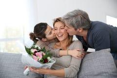 Familj som firar moders dag royaltyfri foto