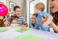 Familj som firar sons födelsedag Fotografering för Bildbyråer