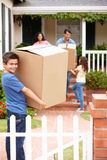 Familj som flyttar sig in i hyrt hus Royaltyfri Foto