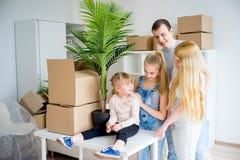 Familj som flyttar sig in i ny utgångspunkt royaltyfria foton