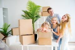 Familj som flyttar sig in i ny utgångspunkt arkivbild