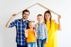 Familj som flyttar sig in i nytt hus arkivfoton