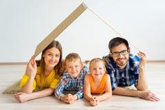 Familj som flyttar sig in i nytt hus fotografering för bildbyråer