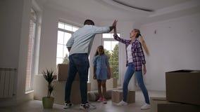 Familj som flyttar sig till det nya huset som ger högt fem lager videofilmer