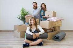 Familj som flyttar sig till ett nytt hus arkivfoton