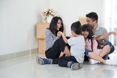 Familj som flyttar sig till ett nytt hus Arkivfoto