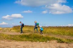 Familj som fotvandrar i berg Fotografering för Bildbyråer