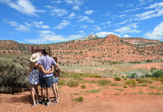 Familj som fotvandrar i bergen på semester fotografering för bildbyråer