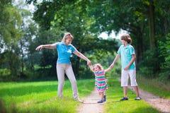 Familj som fotvandrar i ett sörjaträ Royaltyfria Foton