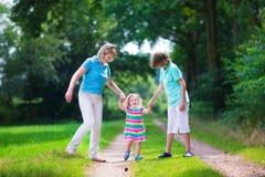 Familj som fotvandrar i ett sörjaträ Arkivfoton
