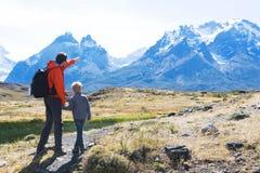 Familj som fotvandrar i patagonia fotografering för bildbyråer