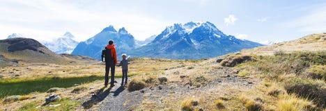 Familj som fotvandrar i patagonia Arkivbilder