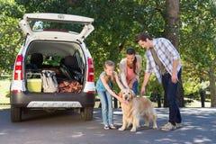 Familj som får klar att gå på vägtur Arkivbilder