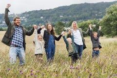 Familj som går begrepp för fältnatursamhörighetskänsla royaltyfria foton