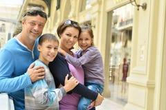 Familj som går i stad Royaltyfri Foto