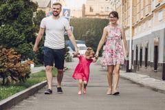 Familj som går i stadsgata Arkivbilder