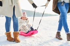 Familj som går med barnet på släden arkivfoton