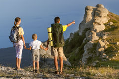 Familj som går på bergen arkivfoto
