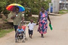 Familj som går på den Gizo staden, Solomon Island Royaltyfria Foton