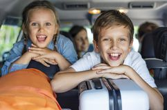 Familj som går på en ferie med bilen arkivfoto