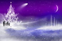 Familj som går på en snöig helgdagsafton för nya år för jul Arkivfoton
