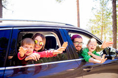 Familj som går på en tur royaltyfri bild