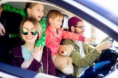 Familj som går på en tur royaltyfria bilder