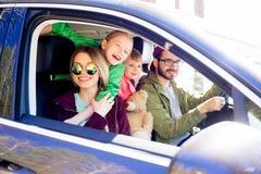 Familj som går på en tur arkivfoton