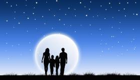 Familj som går på natten Arkivfoton