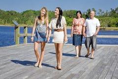 Familj som går på visningsplattformen vid liten vik Royaltyfria Foton