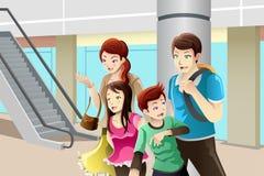 Familj som går till att shoppa Arkivfoto