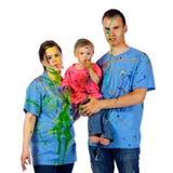 Familj som gör framsidor som har after ett målarfärgslagsmål Royaltyfri Fotografi